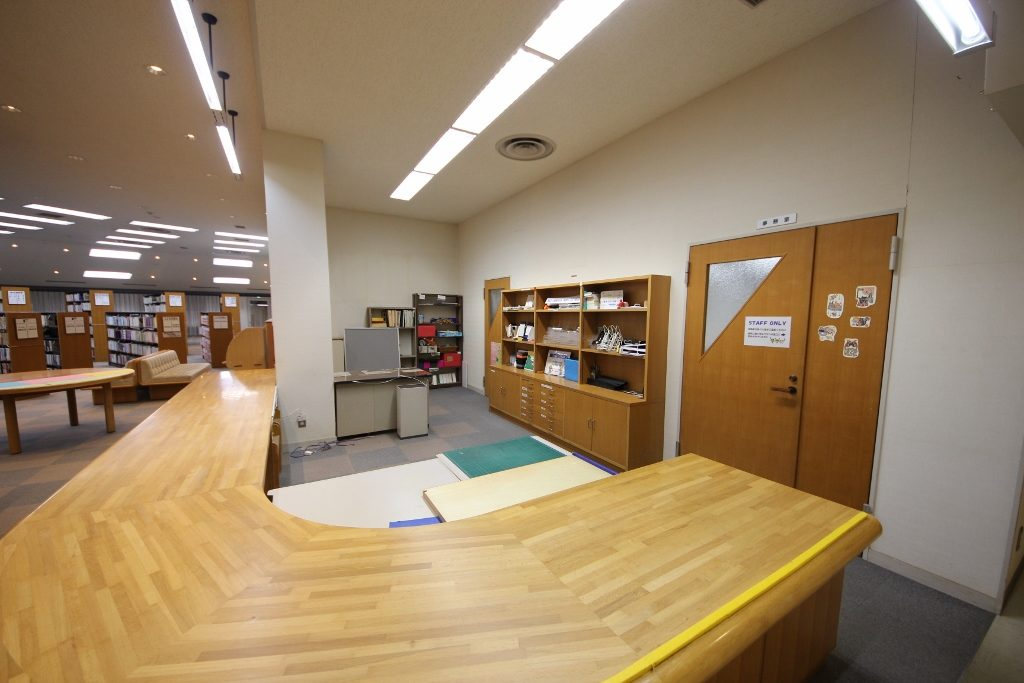 図書室カウンター前