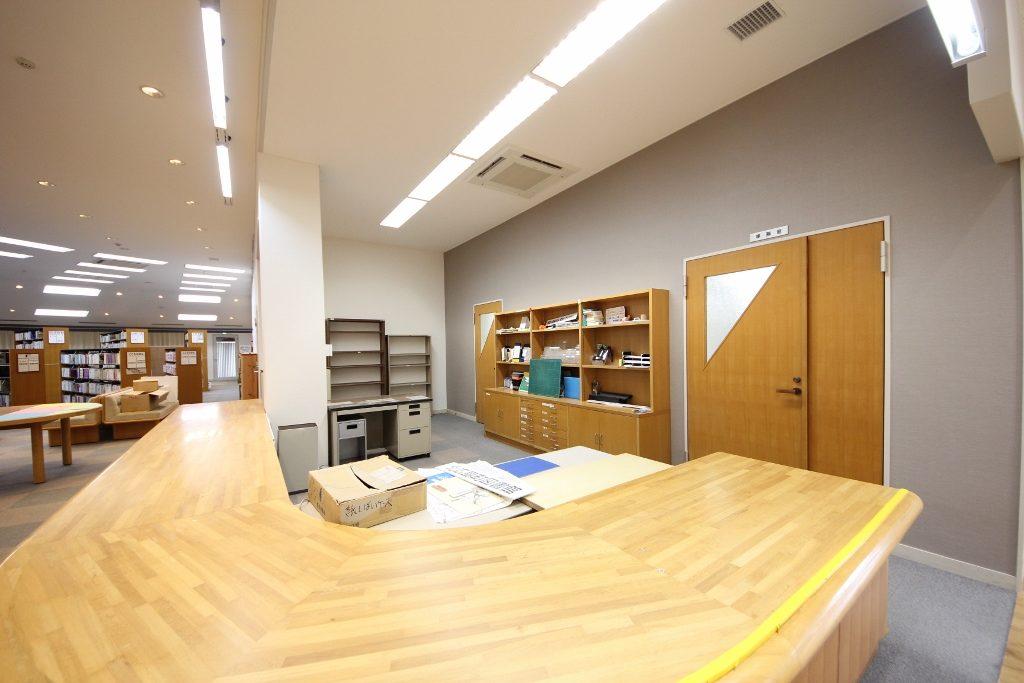 図書室カウンター後