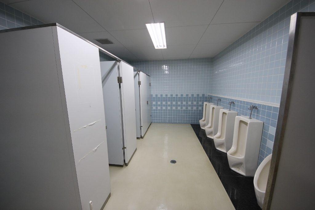 男子トイレ 前