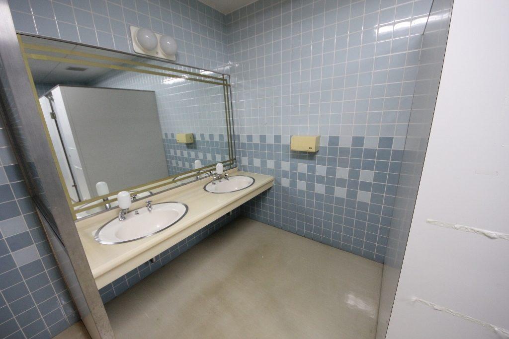 男子トイレ洗面 前